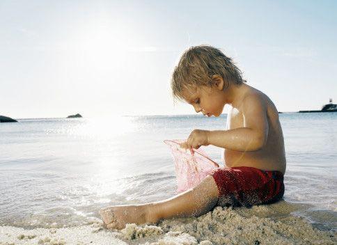 ребенок на берегу моря